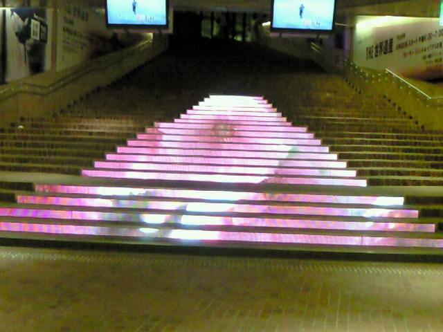 赤坂サカスの階段ディスプレイ